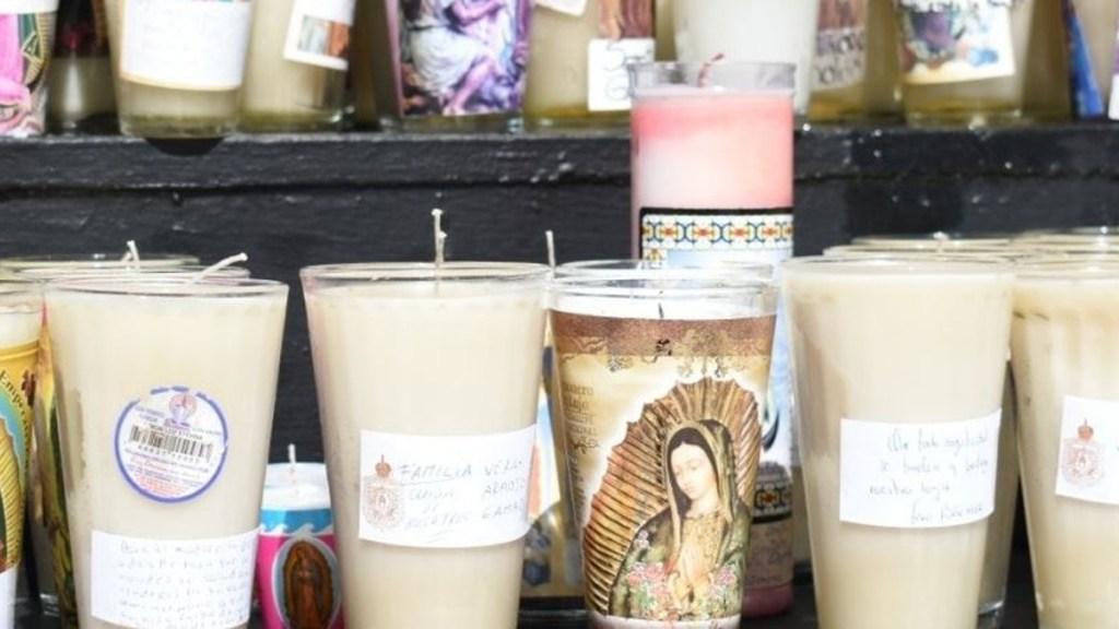 Agradece Claudia Sheinbaum llamado del papa Francisco a celebrar a la virgen en casa - Veladoras a la virgen a la entrada de la Basílica de Guadalupe. Foto de @arquidiocesismx