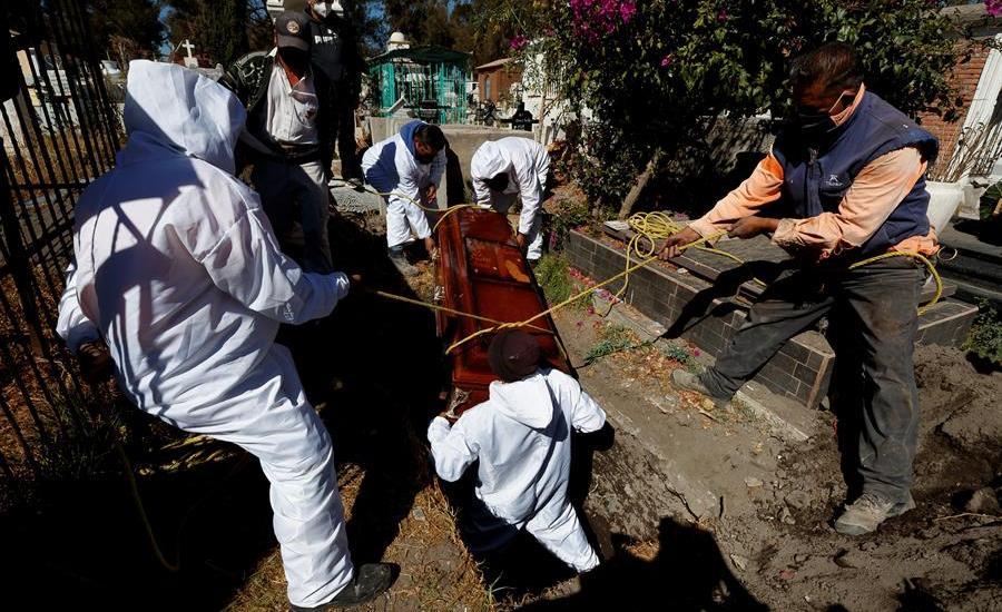 """Secretaría de Salud reconoce que cifras diarias sobre COVID-19 están """"incompletas"""" - Cementerios de la Ciudad de México, saturados por nuevo pico de muertes por COVID-19. Foto EFE"""