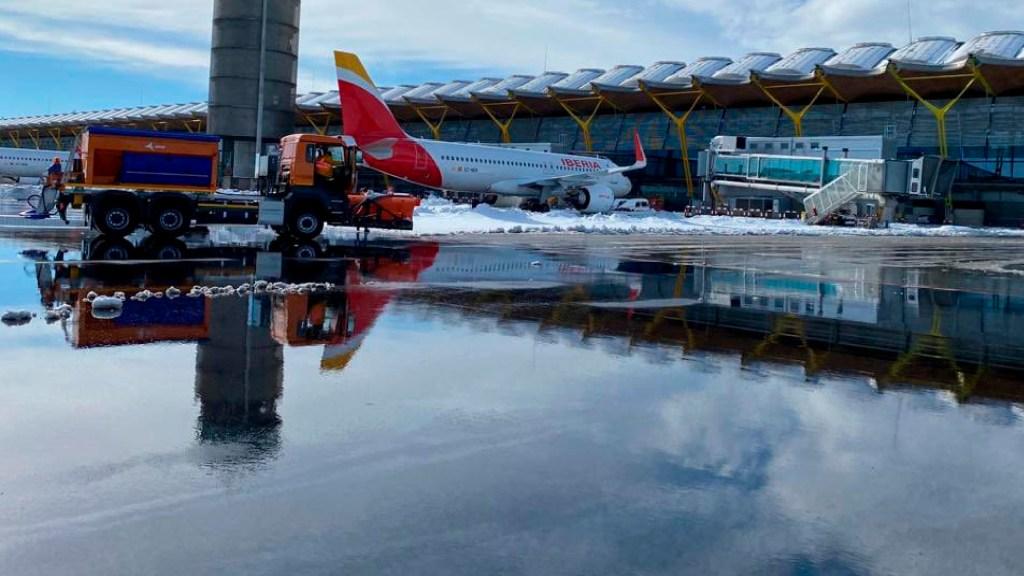 Aeropuerto de Madrid vuelve a operar vuelos a América tras nevada histórica - Aeropuerto de Madrid vuelve a operar vuelos a América tras nevada histórica. Foto Twitter @aena
