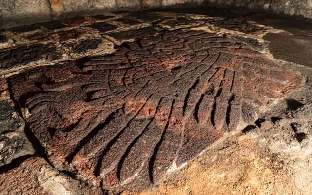 INAH estudia bajorrelieve de águila real descubierto en el Templo Mayor - Foto de INAH