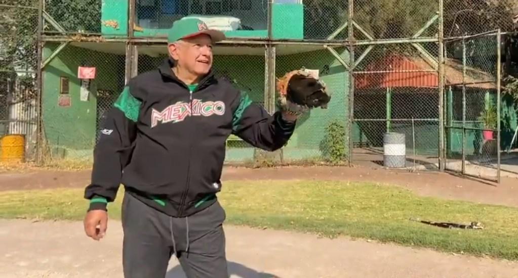 """#Video """"Uno tiene que dedicarle tiempo al deporte"""", recomienda López Obrador - AMLO Beisbol ejercicio 040120212"""