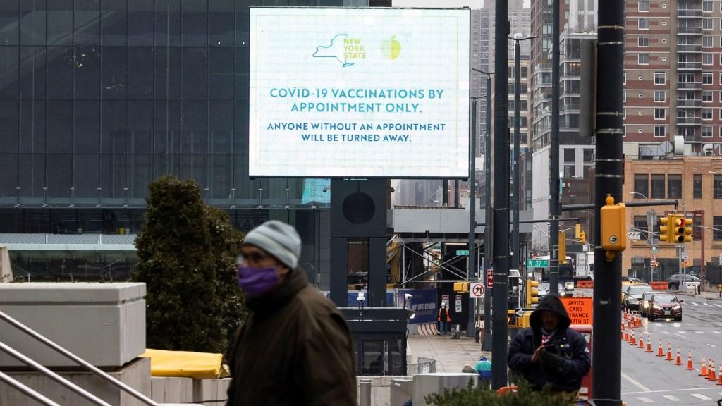 """""""Resurgimiento del virus"""" desacelera recuperación económica de EE.UU.: Fed - Anuncio de centro de vacunación contra COVID-19 en EE.UU. Foto de EFE"""