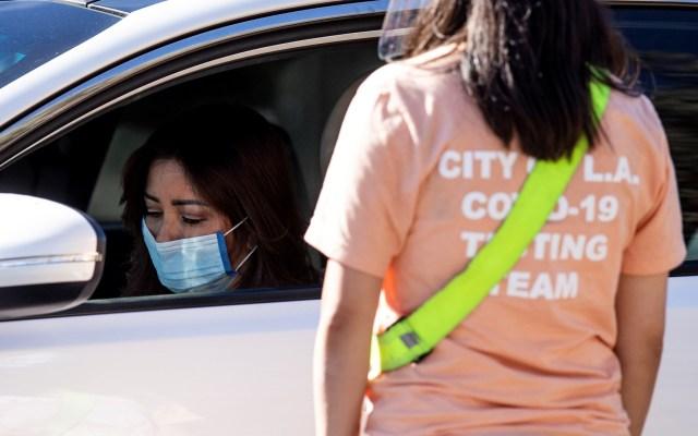 Suspenden en Los Ángeles límite de cremaciones ante aumento de muertes por COVID-19 - Aplicación de vacuna contra COVID-19 a automovilistas en Los Ángeles, California, EE.UU.