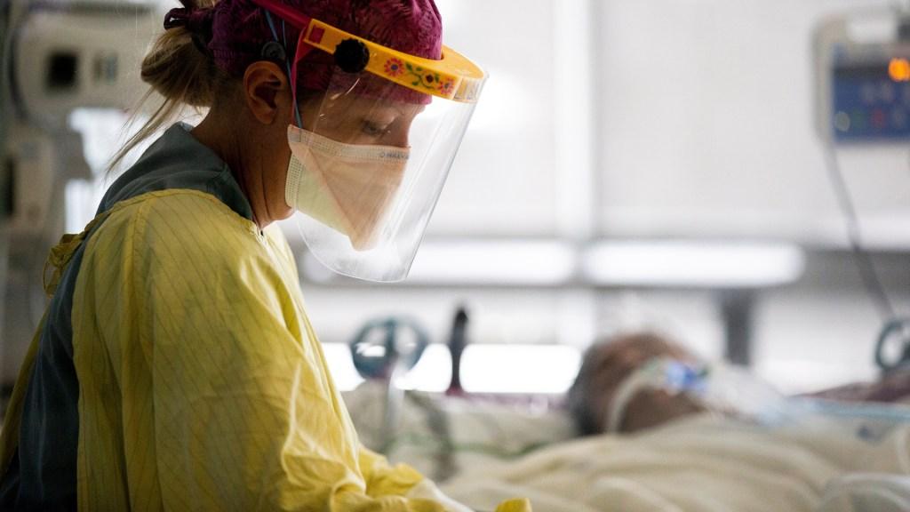 Detecta EE.UU. primer caso de variante brasileña de COVID-19 - Atención de paciente COVID-19 en hospital de EE.UU. Foto de EFE