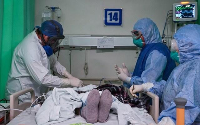 Jalisco enfrenta pandemia de COVID-19 con hospitales y funerarias rebasados - Atención de paciente de COVID-19 en Jalisco. Foto de @EnriqueAlfaroR