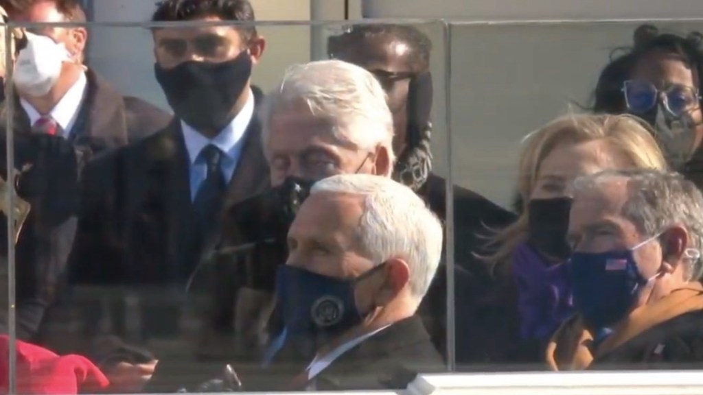 #Video Bill Clinton se duerme durante ceremonia de investidura de Joe Biden - Captura de pantalla