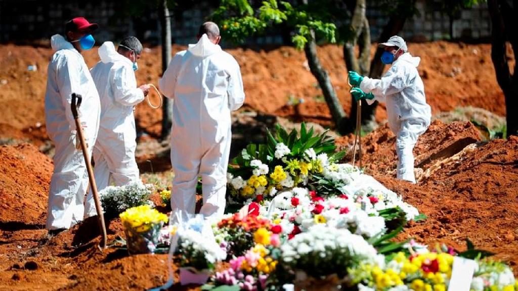 América roza el millón de muertos por COVID-19, con 2.1 millones en todo el planeta - Brasil suma de nuevo más de mil muertes diarias por COVID-19 y roza las 206 mil. Foto EFE