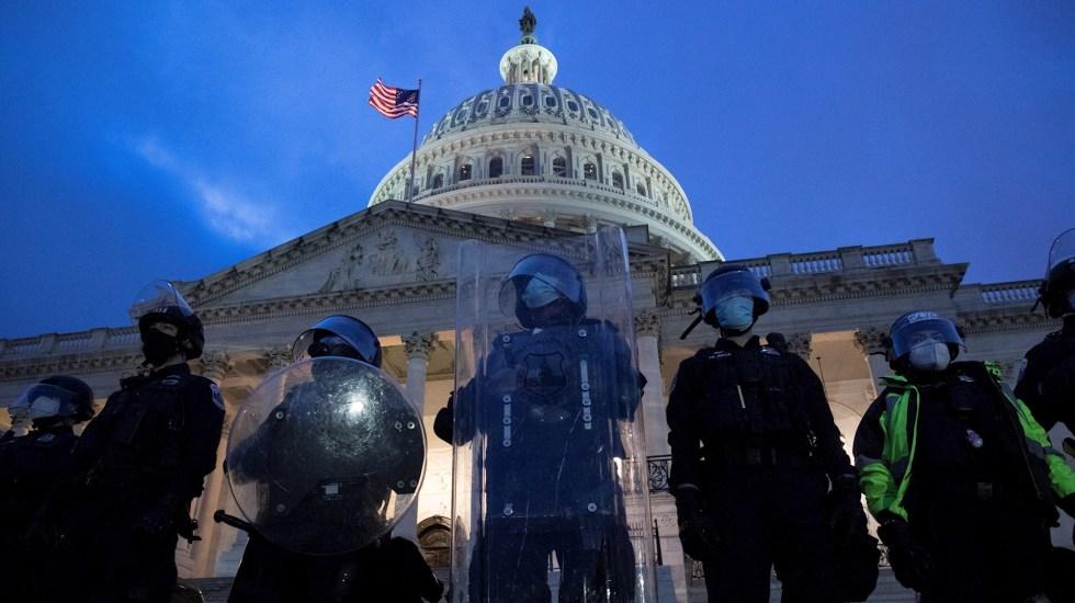 Disturbios en Capitolio de Estados Unidos dejan una mujer muerta, 13 detenidos y varios lesionados - Capitolio Estados Unidos policías