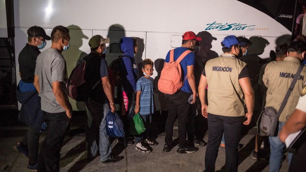 Caravana migrante hondureña permanece varada en el este de Guatemala - Hondureños regresan en camiones facilitados por México hacia su país luego de abandonar la caravana migrante, hoy desde la aldea Vado Hondo, Chiquimula. Foto de  EFE/Esteban Biba