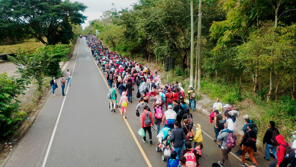 Presidente de Guatemala pide a EE.UU. y México abrir mercados para frenar migración - caravana migrantes Honduras Guatemala