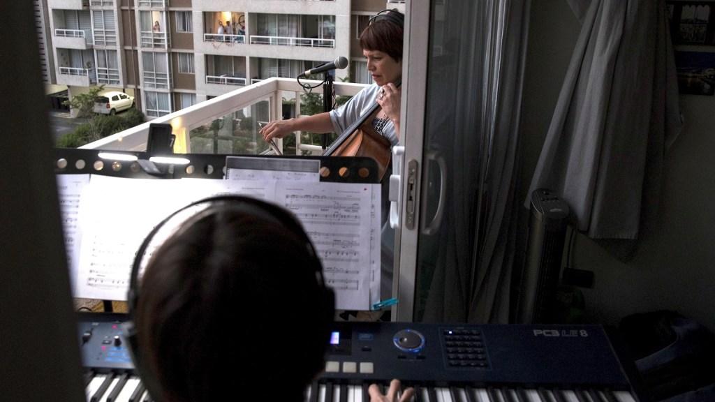 Microconciertos desde el balcón en medio de la pandemia en Chile - Chile concierto Santiago