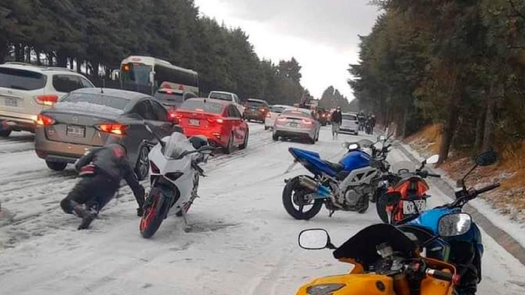 Choques vehiculares y derrapones de motociclistas por intensa granizada en la México-Cuernavaca - Choques vehículares y derrapones de motociclistas por intensa granizada en la México-Cuernavaca. Foto Twitter @WardogsM
