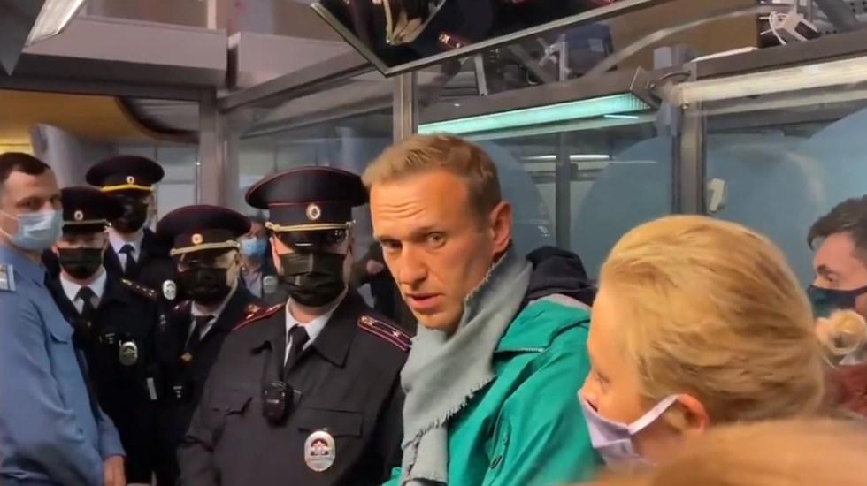 Imponen en Rusia tres años y medio de cárcel al líder opositor Navalni - Detención de Navalni en aeropuerto de Moscú. Captura de pantalla