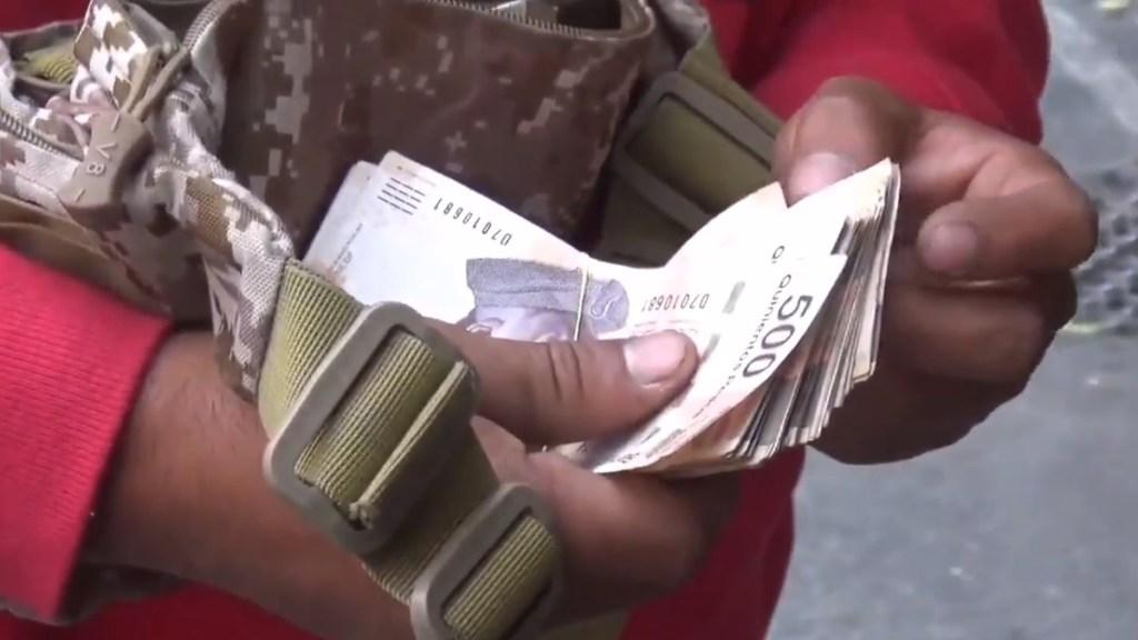 #Video Policía capitalino devuelve 30 mil pesos olvidados en un baño - Dinero en efectivo hallado en cangurera abandonada en baño público de la CDMX. Foto de SSC-CDMX