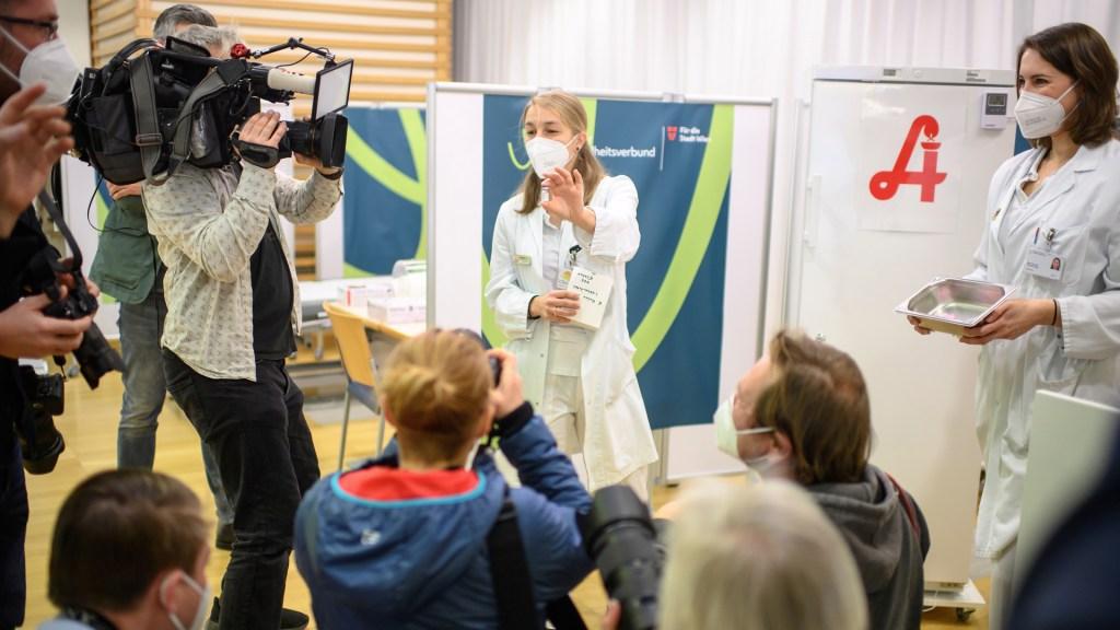 Austria detecta cepas británica y sudafricana de COVID-19 en cinco personas - Doctora muestra a la prensa la vacuna de Pfizer con la que se iniciará la inmunización masiva contra COVID-19 en Austria. Foto de EFE
