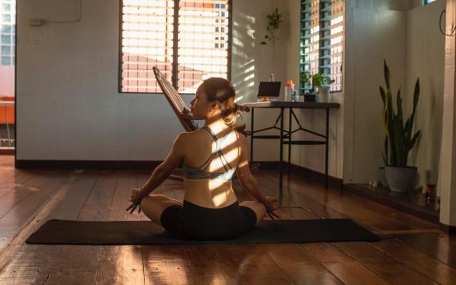 Actividad física favorece la salud mental en confinamiento, según estudio - Ejercicio en casa. Foto de Maryjoy Caballero / Unsplash