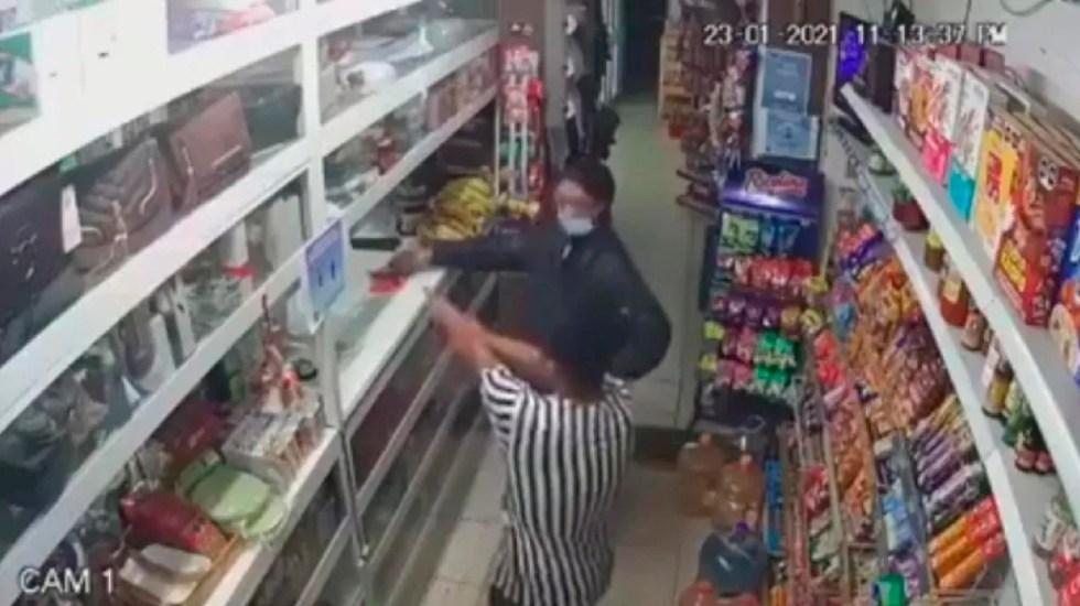 #Video Empleado de tienda evita asalto en León con gas pimienta - Empleado de una tienda evita un asalto en León, Guanajuato, con gas pimienta. Foto Captura de pantalla