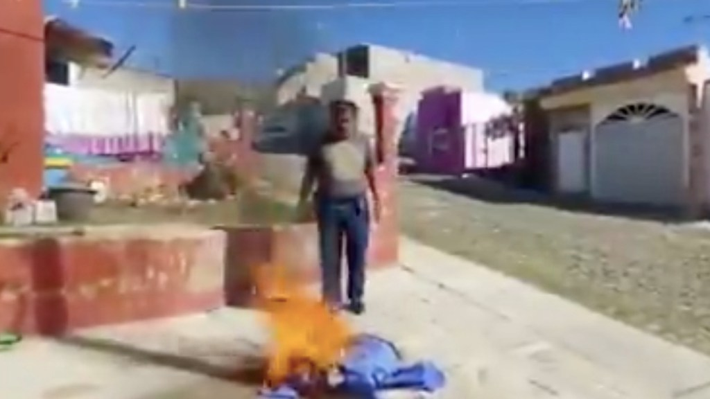 #Video Enfermero quema su uniforme tras denunciar influyentismo en aplicación de la vacuna contra el COVID-19 en el ISSSTE de Tepic - Captura de pantalla