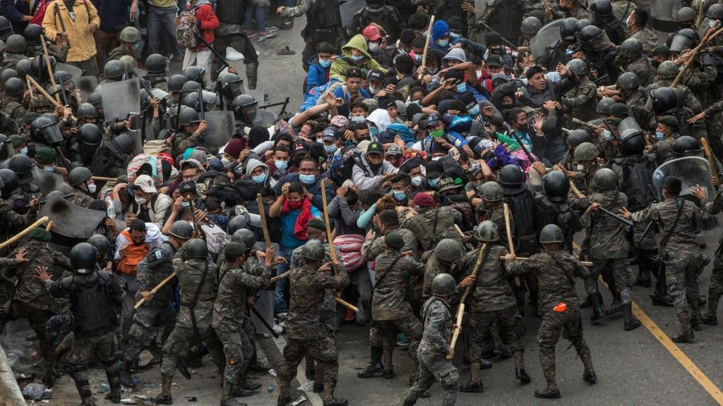 Autoridades de Guatemala frenan con violencia caravana migrante hondureña - Enfrentamiento entre autoridades de Guatemala y migrantes hondureños. Foto de EFE