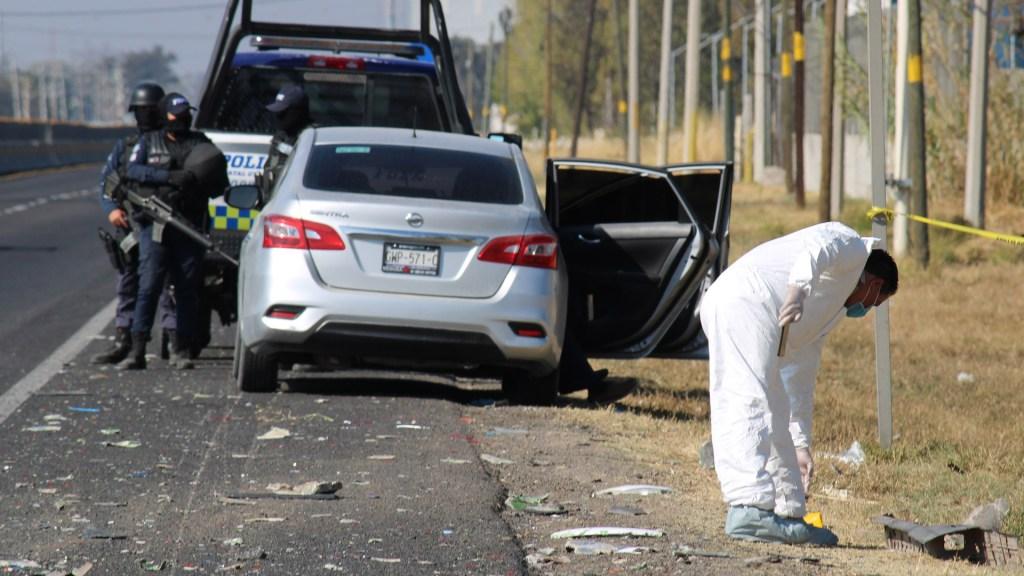 Suman 72 mil 621 homicidios dolosos en lo que va del sexenio de AMLO - Fuerzas federales custodian el sitio donde al menos nueve personas murieron debido a un enfrentamiento entre civiles armados y fuerzas de seguridad pública en el municipio de Villagrán, Guanajuato. Foto de EFE / Archivo