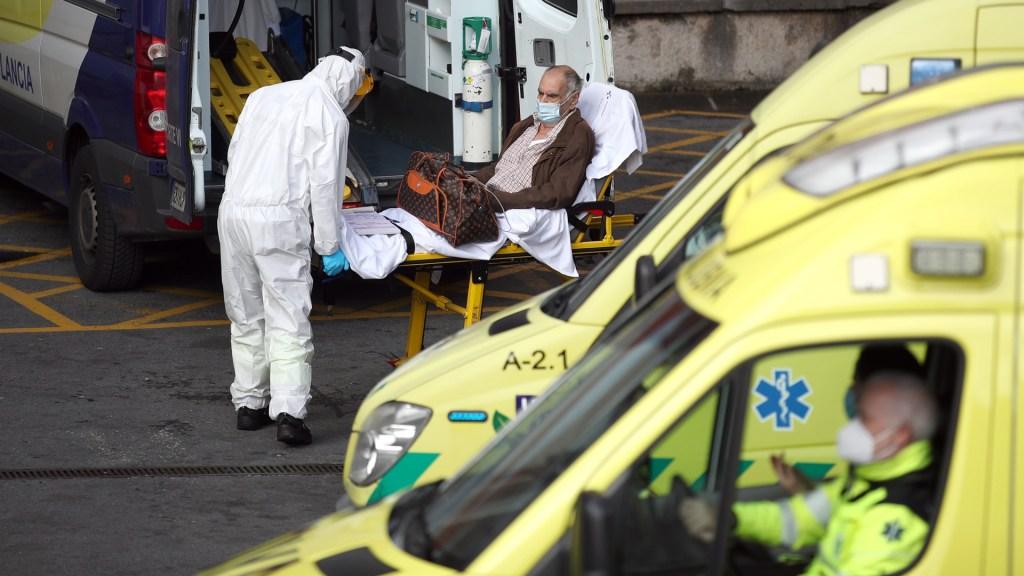 Crean índice para determinar riesgo de muerte por COVID-19 en pacientes que ingresan a urgencias - Hospitalización de paciente de COVID-19 en España. Foto de EFE