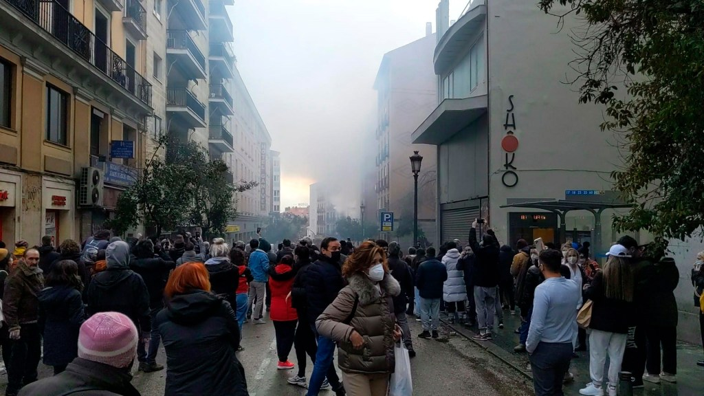 Policía atribuye la explosión en Madrid a fuga de gas en exterior del inmueble - Explosión en calle de Toledo de Madrid. Foto de EFE