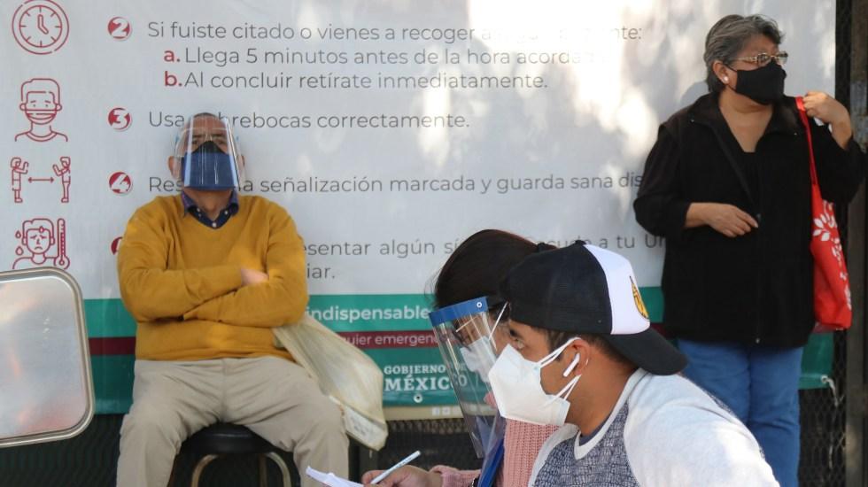 Estudio sitúa a México entre los países con peor gestión de la pandemia - Familiares de pacientes COVID-19 esperan noticias afuera de hospital en CDMX. Foto de EFE