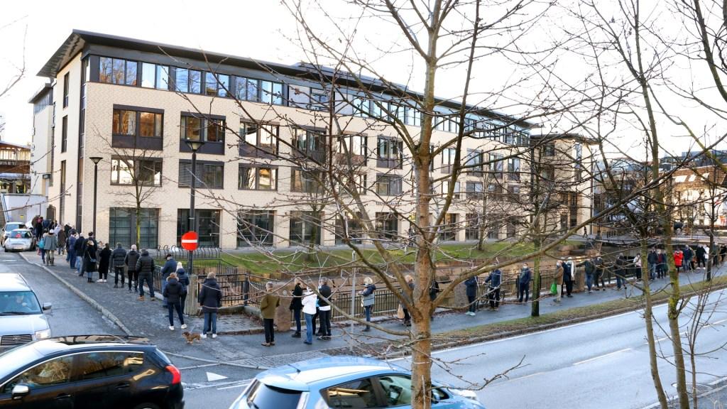 Suecia cierra su frontera con Noruega por brote de variante británica de COVID-19 - Fila para entrar a tienda de licores en Noruega durante pandemia de COVID-19. Foto de EFE