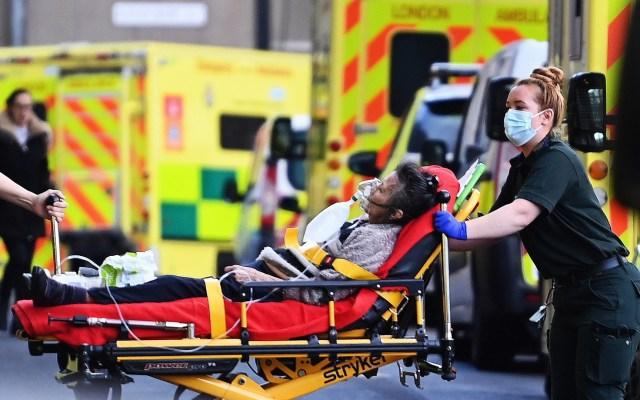 Reino Unido registra mil 41 muertos por COVID-19 en 24 h con nuevo récord de casos - Ingreso a hospital en Reino Unido de paciente por COVID-19. Foto de EFE
