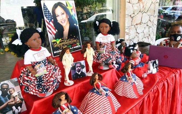 Jamaica celebra investidura de la vicepresidenta Kamala Harris - Muñecas de empresa Island Dolls retratan las diferentes etapas de vida de la vicepresidenta de Estados Unidos, Kamala Harris, son exhibidas junto a varias fotografías suyas, en un puesto de venta callejero hoy, en Kingston, Jamaica. Kamala Harris, de padre jamaiquino, hizo historia al convertirse en la primera mujer vicepresidenta de Estados Unidos, así como la primera afroamericana y la primera persona de origen asiático en acceder a este puesto, tras una carrera profesional en la que ya está acostumbrada a ser una pionera. Foto de EFE/Rudolph Brown.