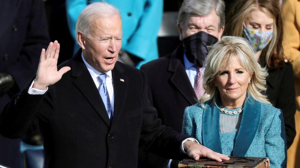 """""""Seré el presidente de todos los estadounidenses"""", reafirma Biden al jurar como presidente de EE.UU. - Joe Biden jura como presidente número 46 de EE.UU. mientras su esposa, la dra. Jill, sostiene una Biblia. Foto de EFE"""
