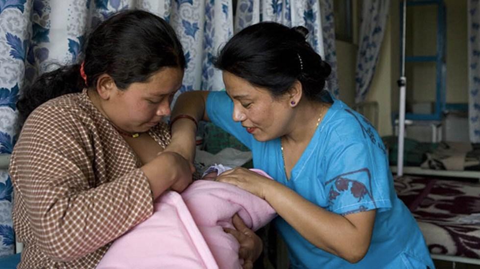 No existe contraindicación para aplicación de vacuna contra el COVID-19 a mujeres en periodo de lactancia - Foto de OMS