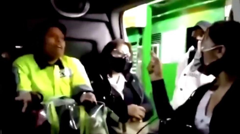 #Video Pasajera se niega a usar cubrebocas en transporte público; la apodan #LadyPepitas - #LadyPepitas afirma que se pondrá el cubrebocas hasta que termine de comer. Captura de pantalla