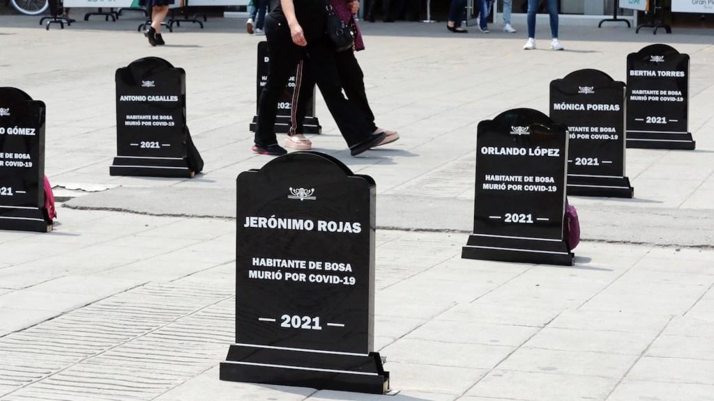 Colocan lápidas con el nombre de personas que han muerto por COVID-19 en Colombia - Foto de EFE