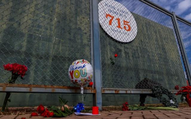 Llevan flores a 'Hank' Aaron en antiguo estadio de Fulton - Admiradores de 'Hank' Aaron llevan flores, globos y recuerdos al antiguo estadio de beisbol del condado de Fulton, en Atanta, Georgia, donde la leyenda de los Bravos de Atlanta marcó el jonrón 175 de su carrera. 'Hank' Aaron murió este 22 de enero a los 86 años de edad. Foto de EFE