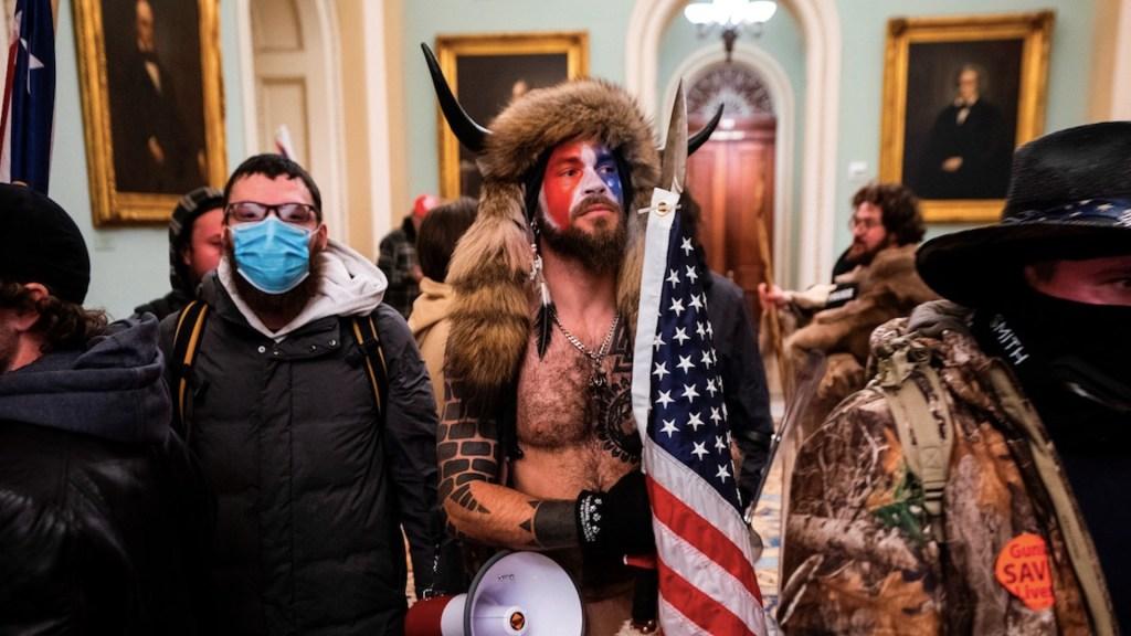 Hombre disfrazado con cuernos de bisonte que irrumpió en Capitolio pide indulto de Trump - Foto de EFE
