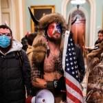 Hombre disfrazado con cuernos de bisonte que irrumpió en Capitolio pide indulto de Trump