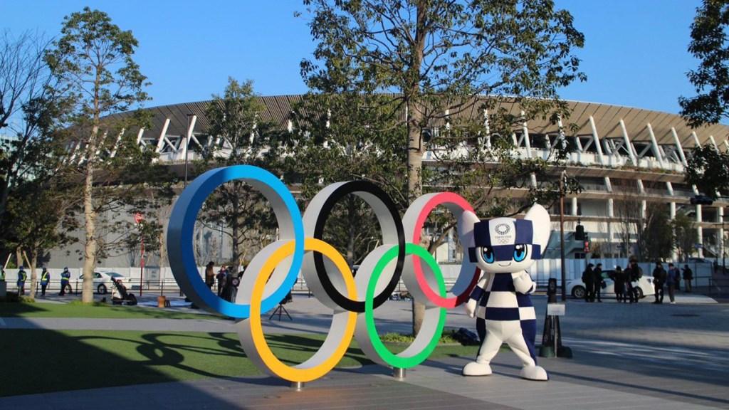 Juegos Olímpicos de Tokio deben decidirse según el riesgo por COVID-19, dice OMS - Mascota Miraitowa a lado de aros olímpicos en Tokio. Foto de @Tokyo2020es