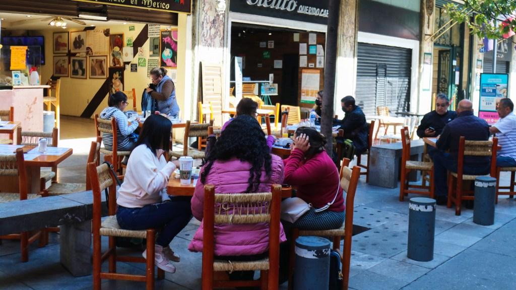 Restaurantes piden ampliar horario de servicio en CDMX - Mesas de restaurantes al aire libre en CDMX por COVID-19. Foto de EFE