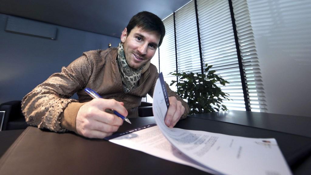 Messi y FC Barcelona emprenderán acciones legales por filtración de contrato - Messi en firma de ampliación de su contrato con el FC Barcelona en 2013. Foto de EFE / Archivo