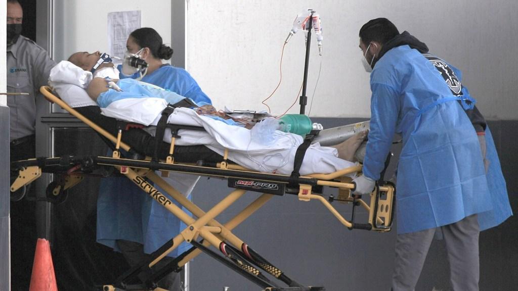 Ciudad de México, principal foco de la pandemia de COVID-19 en el país - Trabajadores de la salud ingresan a un paciente COVID-19 en el Hospital General de Ciudad Juárez, Chihuahua. Foto de EFE/Luis Torres.