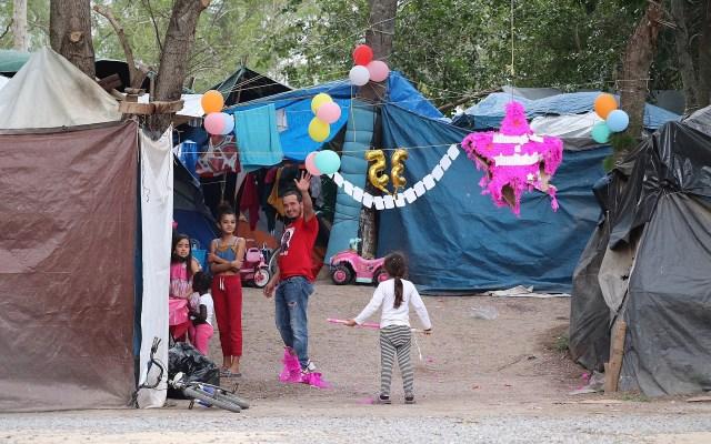 """Migrantes varados en México esperan """"in extremis"""" un nuevo destino con Biden - Migrantes celebra un cumpleaños en albergue de Matamoros, Tamaulipas. Tras meses soportando penurias en México, los migrantes varados en la fronteriza ciudad de Matamoros a la espera de recibir asilo por Estados Unidos abrazan la esperanza de un cambio radical con la llegada de Joe Biden a la Casa Blanca, mientras que miles de kilómetros al sur se desmanteló una fallida caravana migrante que partió desde Honduras. Foto de EFE/ Abraham Pineda-jacome."""