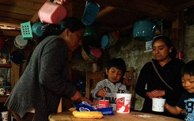 El reto de una mujer indígena, que no sabe leer ni escribir, para educar a sus hijos - Foto de EFE