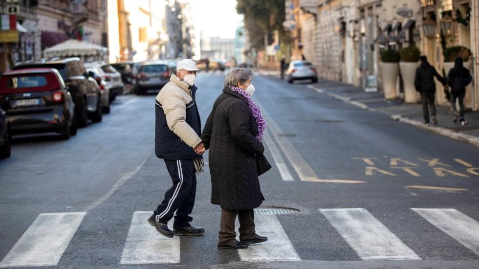 Italia pone en confinamiento cinco regiones por aumento de COVID-19 - Pareja de ancianos en calles de Italia durante pandemia de COVID-19. Foto de EFE