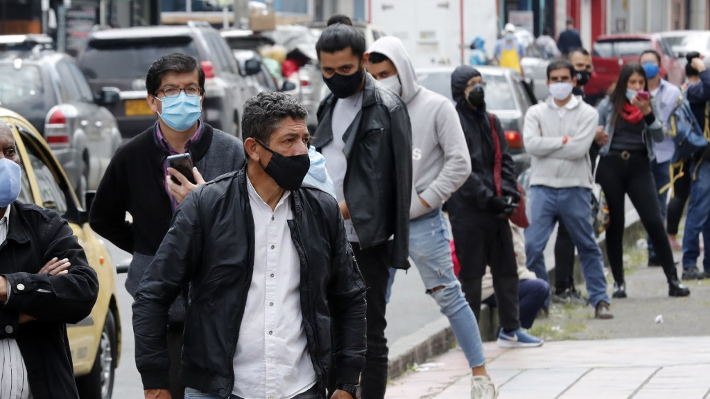 América supera el millón de muertes por COVID-19 - Personas formadas en Colombia para hacerse una prueba de COVID-19. Foto de EFE