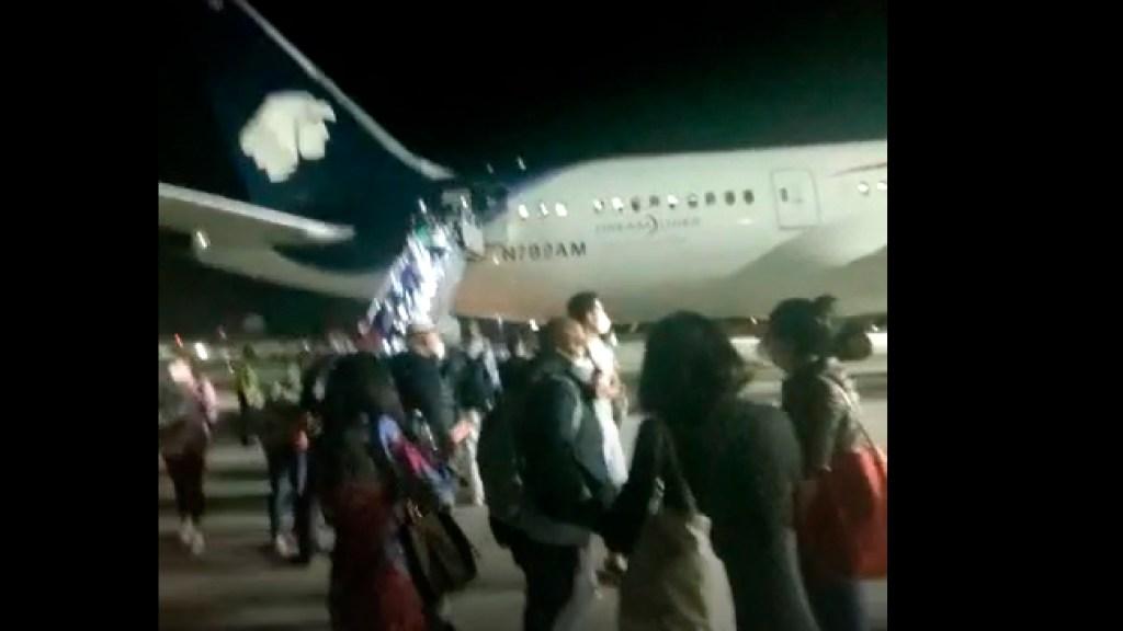 Piloto de Aeroméxico aborta despegue por impacto de ave en motor - Piloto de Aeromexico desciende aeronave de emergencia por el impacto de una ave. Foto Captura de pantalla