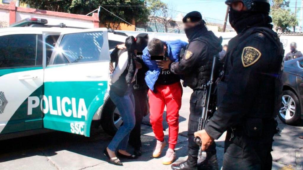 Detienen a dos por extorsión y secuestro; enganchaban a víctimas con productos de sanitización - Policía de la CDMX detiene a dos personas dedicadas al secuestro; ofertaban productos de sanitización. Foto Twitter @OHarfuch