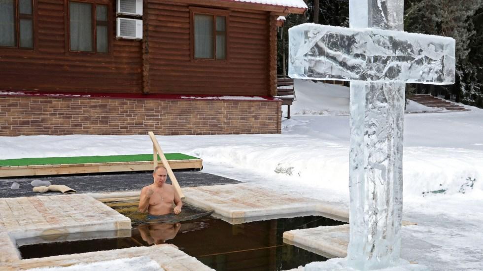 Putin se sumerge en agua helada para celebrar la Epifanía ortodoxa - Putin se sumerge en agua helada por celebración de la Epifanía. Foto de EFE