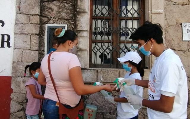 Acuerda el gobernador Astudillo con alcaldes intensificar acciones frente al COVID-19 en Guerrero - Reparto de sanitizante en Taxco, Guerrero, para prevenir COVID-19. Foto de @HectorAstudillo