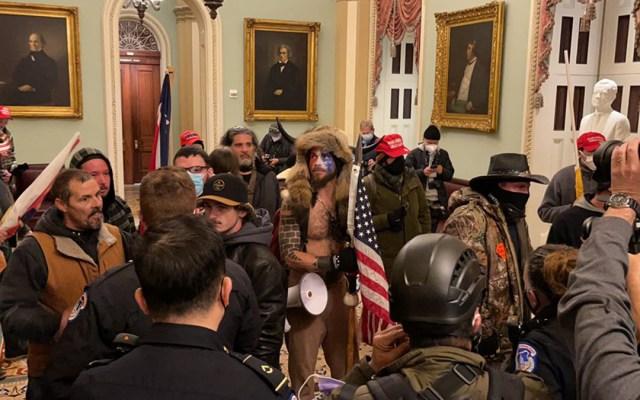 #Video Simpatizantes de Trump toman el Capitolio en Washington DC; decretan toque de queda - Simpatizantes de Trump dentro del Capitolio. Foto de @igorbobic